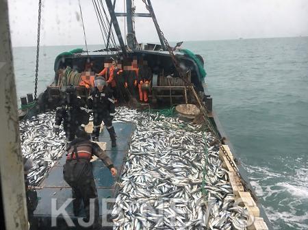 목포해경이 조업일지를 허위로 작성한 불법중국어선 2척을 나포했다..png